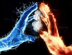 dve ruky s ohňovou energiou